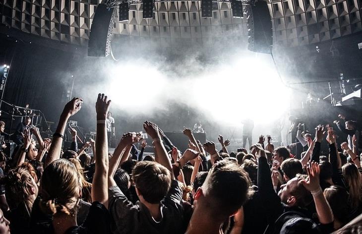 צפייה באירוויזיון: אנשים רוקדים בהופעה