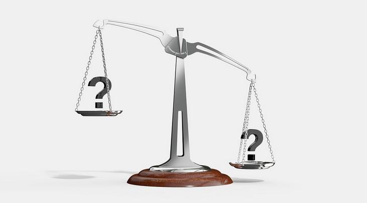 המטרדים הנפשיים שמובילים לבעיות כלכליות: משקל מאזניים עם סימני שאלה בכפותיו