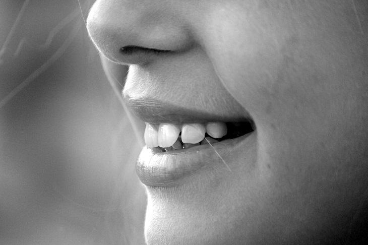 הצמחת שיניים: שיניים של אישה