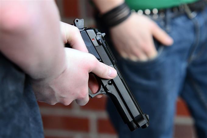 מבחן סוכן חשאי: איש מחזיק אקדח