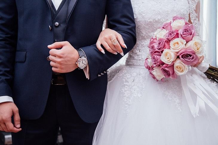 בדיחה על זוגות מאורסים: זוג ביום חתונתם משלבים ידיים