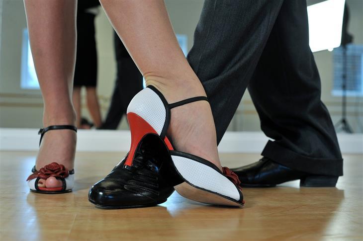יתרונות לגוף ולנפש של ריקוד: רגליים של אנשים רוקדים
