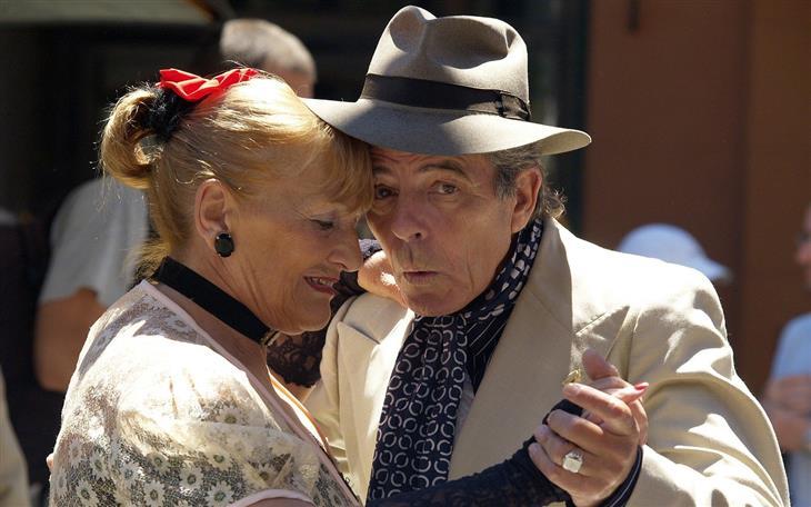 יתרונות לגוף ולנפש של ריקוד: זוג מבוגר רוקד