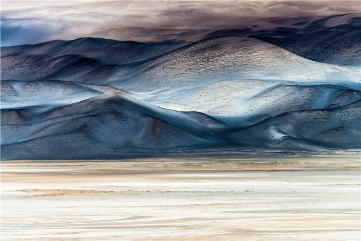 תמונות מדהימות: צלליות עננים יוצרות משחק צבעים מדהים על שטחי מדבריות המלח של ארגנטינה