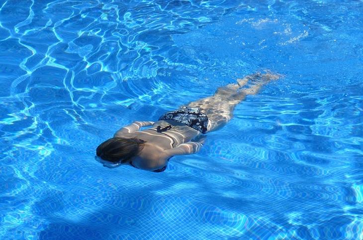 טעויות בשחייה: אישה צוללת ישר