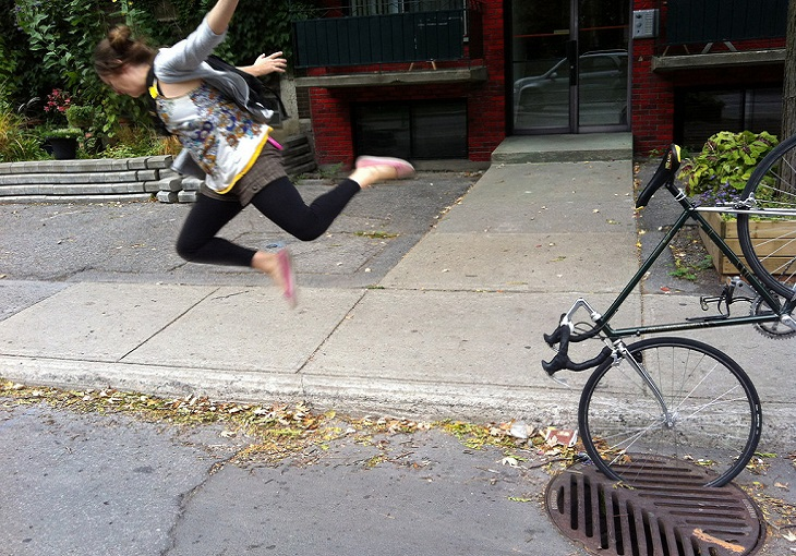 תמונות מצחיקות ברגע הנכון: צעירה שהאופניים שלה נתקעו בפתח ביוב מעופפת קדימה באוויר