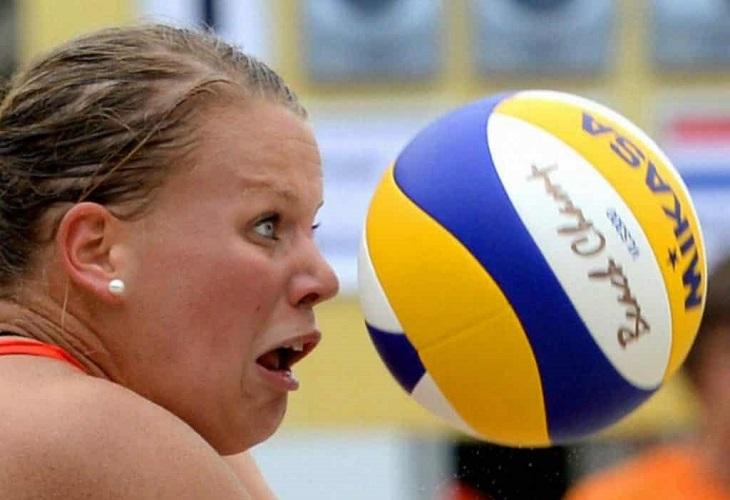 תמונות מצחיקות ברגע הנכון: אישה צעירה שמביטה באימה בכדור כדורעף שפוגע בה עוד רגע