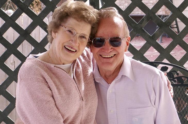 תכנון פרישה: זוג מבוגר מחייך