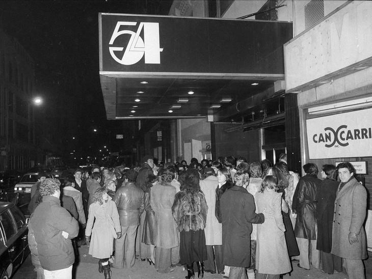 תמונות ממועדון סטודיו 54: אנשים עומדים בתור לכניסה למועדון