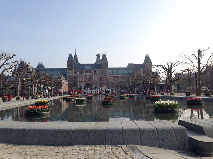 אתרים באמסטרדם: צילום של הרייקסמוזיאום ובריכת המים שבקרבתו