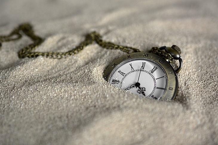 התמודדות עם תקופה קשה: שעון כיס בחול