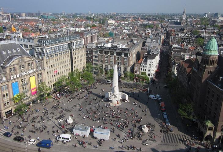 אתרים באמסטרדם: כיכר דאם ובמרכזה האנדרטה הלאומית מצולמים מראש הגלגל הענק