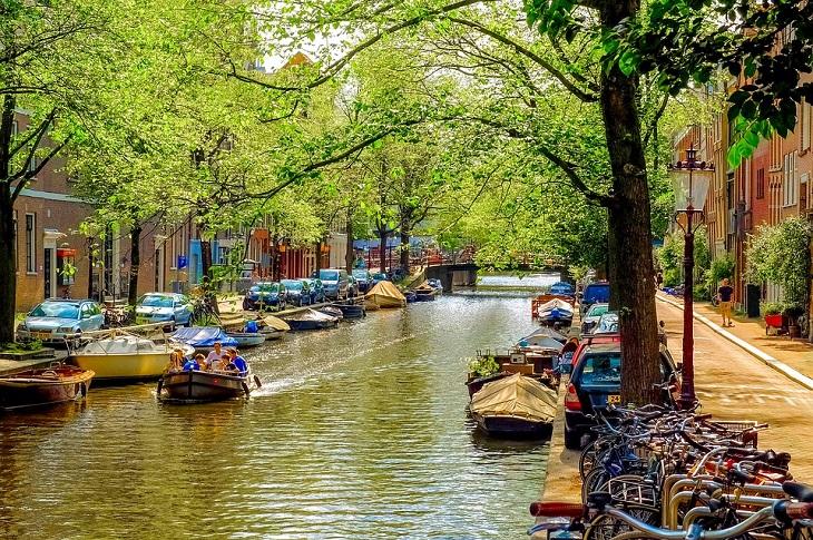 אתרים באמסטרדם: תעלת מים וסירות בתוכה בשכונת יורדאן שבאמסטרדם