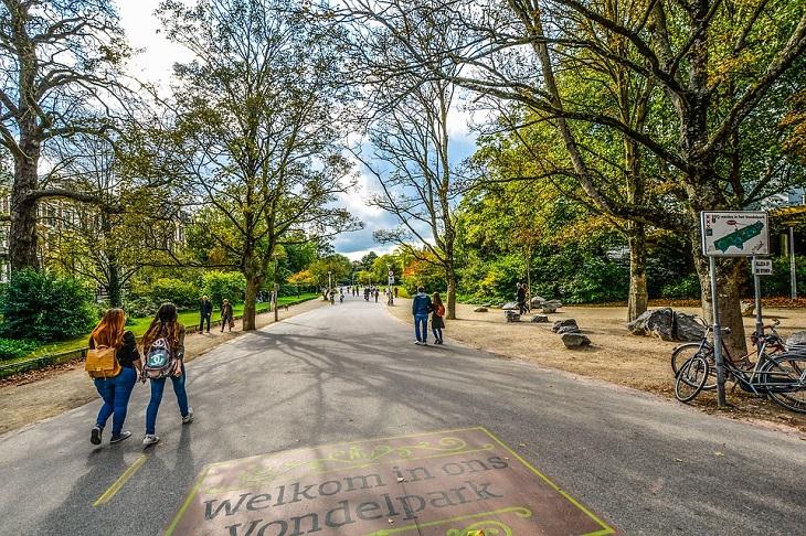 אתרים באמסטרדם: אחת הכניסות לפארק ונדלפארק