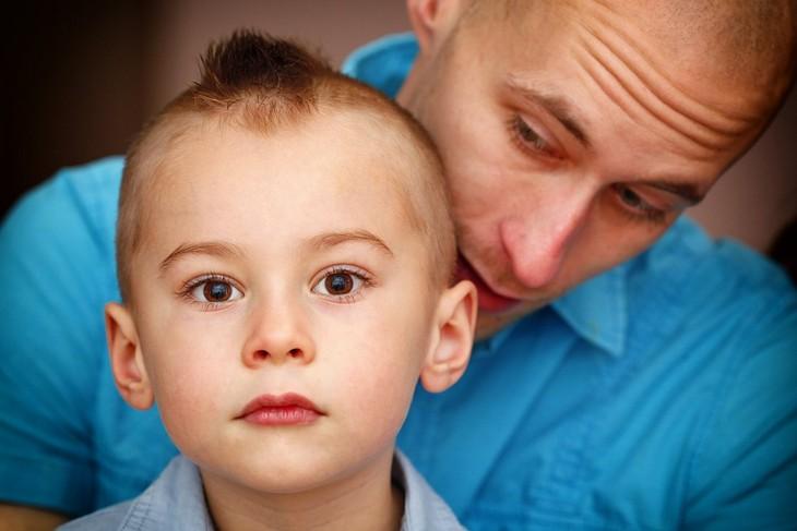 איך לגרום לילדים להפסיק להתנהג בחוסר כבוד: אבא מדבר מאחורי גבו של ילדו