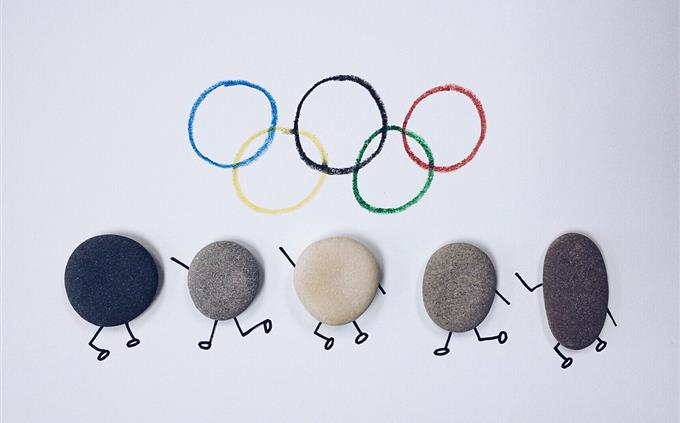 טריוויה: סמל האולימפיאדה ומתחתיו אבנים שמצוירות להם גפיים