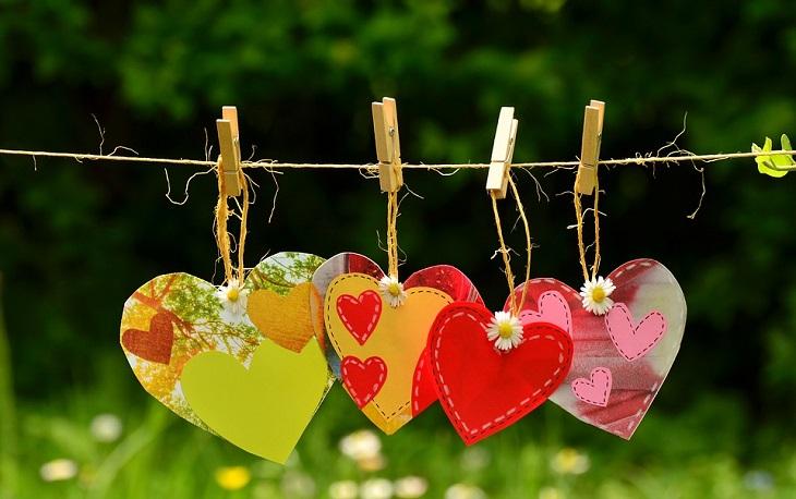 הרגלים מפתיעים לחיים מאושרים: ציורי לבבות תלויים על חוט