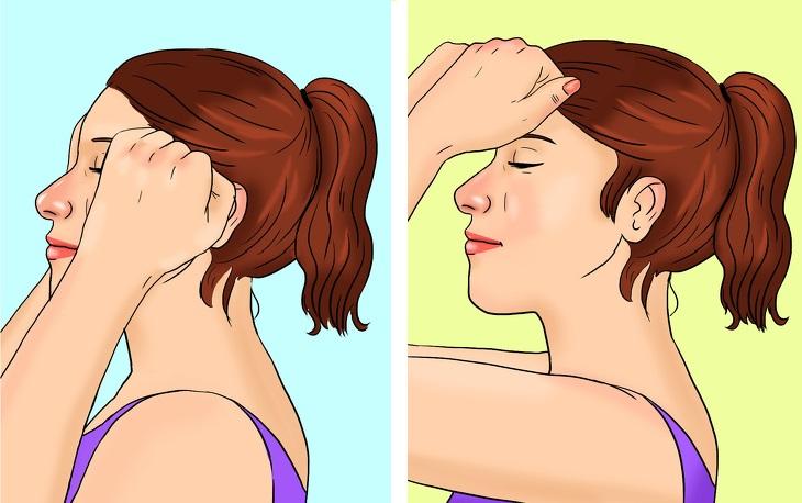 עיסוי בשיטת קורוגי: אישה מחליקה ידיים מהמצח מטה