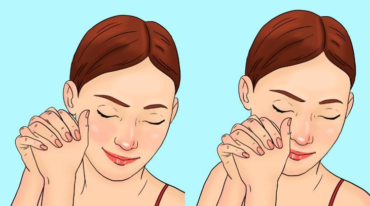 עיסוי בשיטת קורוגי: אישה מחליקה אגודל על הלחי