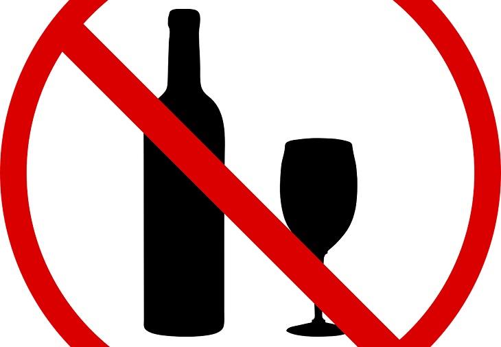 דרכים להפחתת נפיחויות בבטן: איור של איסור על אלכוהול ושתייה חריפה