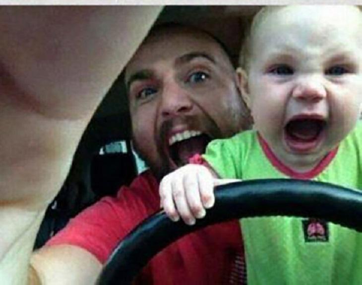 תינוקות מצחיקים: אבא ותינוק נוהגים עם פרצופים לחוצים