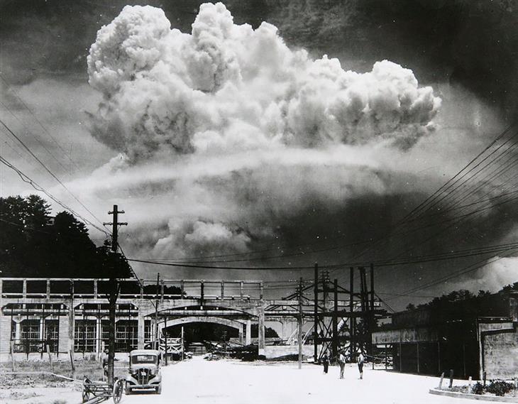 """תמונות היסטוריות: דקות ספורות לאחר שהפצצה הגרעינית """"איש שמן"""" הוטלה על העיר היפנית נגסאקי"""