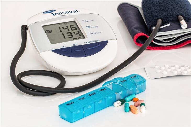 תרופות שגורמות לגוף להתחמם בקיץ: מד לחץ דם ותרופות