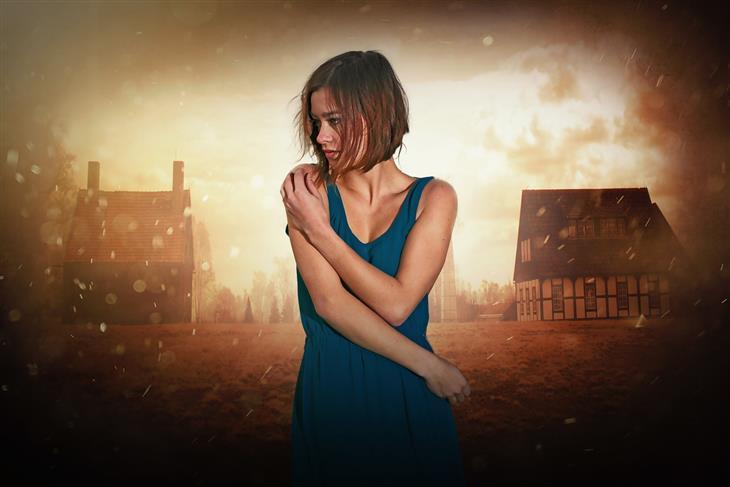 תרופות שגורמות לגוף להתחמם בקיץ: אישה עומדת בכפר כשסביבה מזג אוויר חם ואביך