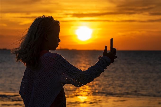 בחן את עצמך: אישה מצלמת סלפי בים