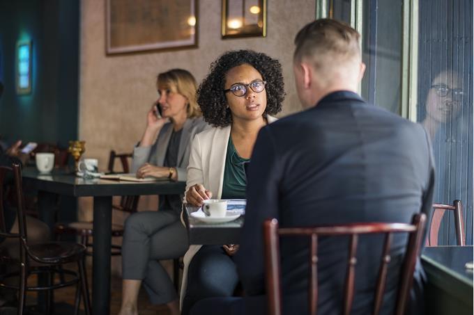 בחן את עצמך: שני אנשים יושבים ומדברים בבית קפה