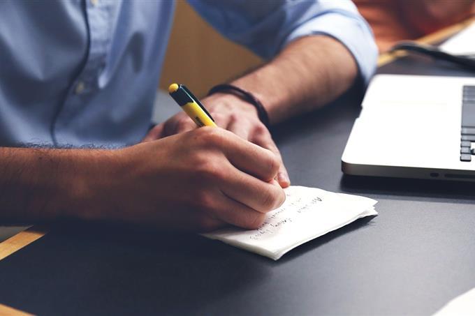 בחן את עצמך: איש כותב על דף
