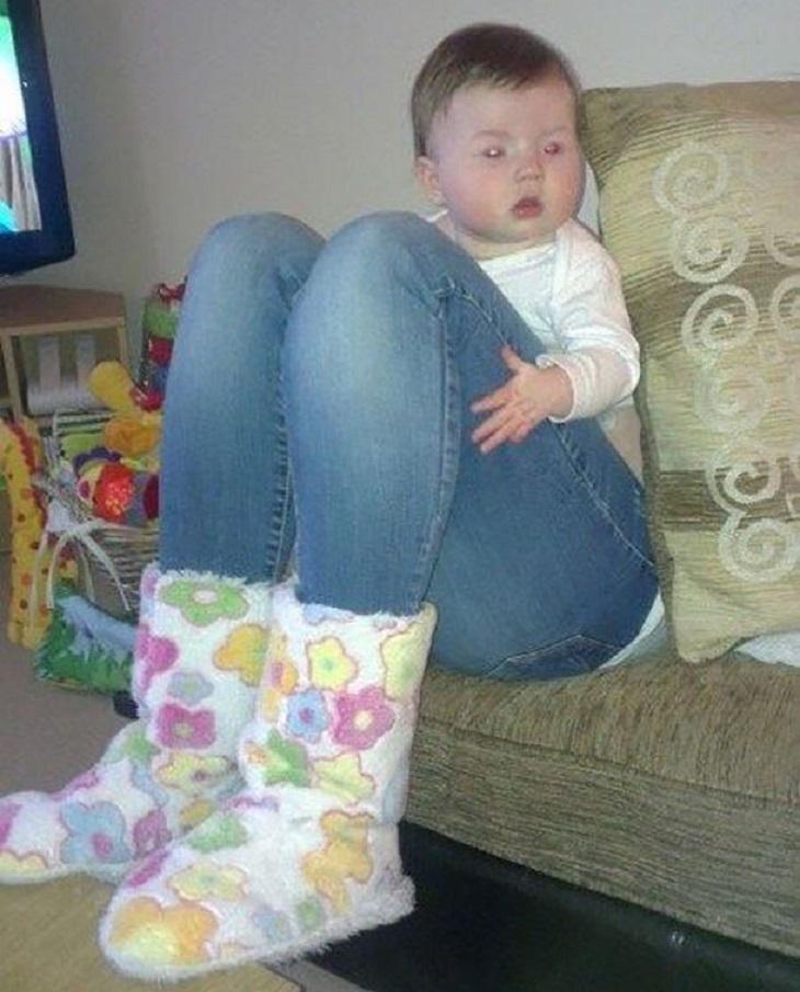 תינוקות מצחיקים: תינוקת מחזיקה רגליים ארוכות של אמא