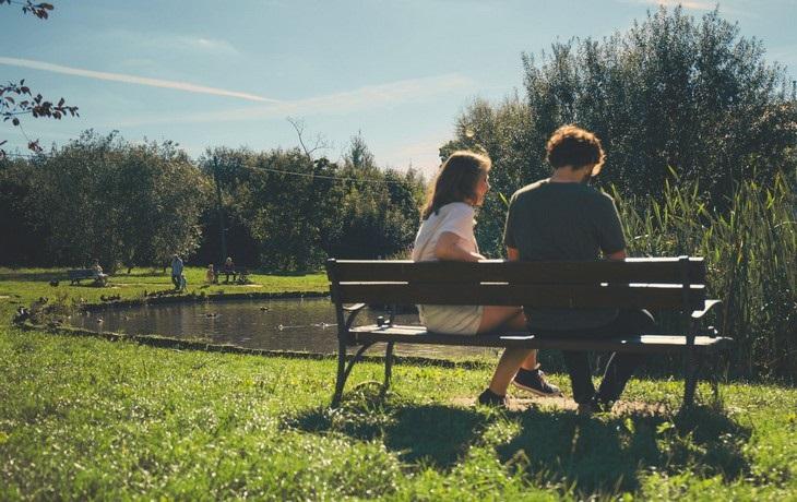 סימנים למניפולציות במערכות יחסים ומה ניתן לעשות: זוג יושב על ספסל