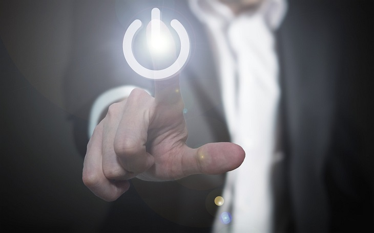עצות של יזמים מובילים: אדם בחליפה לוחץ עם אצבעו על כפתור הדלקה