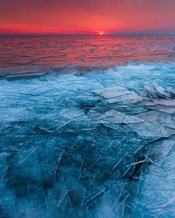 תמונות טבע מדהימות: ים עם חלקי קרח בשעת זריחה