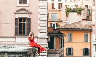 מצא את ההבדלים: אישה יושבת על גג בניין