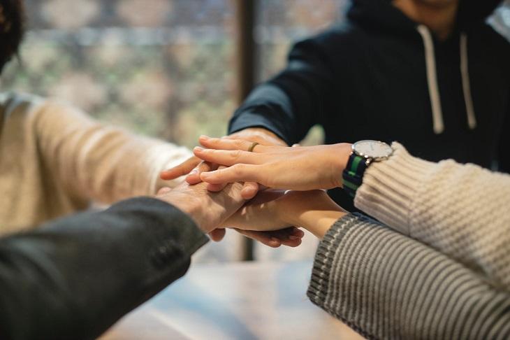 קבוצות תמיכה למשפחת השכול: אנשים שמים ידיים