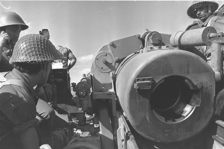 תמונות ארכיון ממלחמות ישראל: חיילים עם ציוד ארטילריה