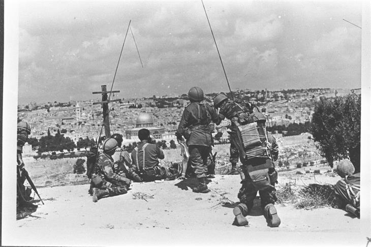 תמונות ארכיון ממלחמות ישראל: לוחמים מתצפתים על ירושלים