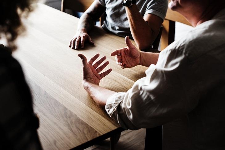 קבוצות תמיכה למשפחת השכול: אנשים מדברים ליד שולחן
