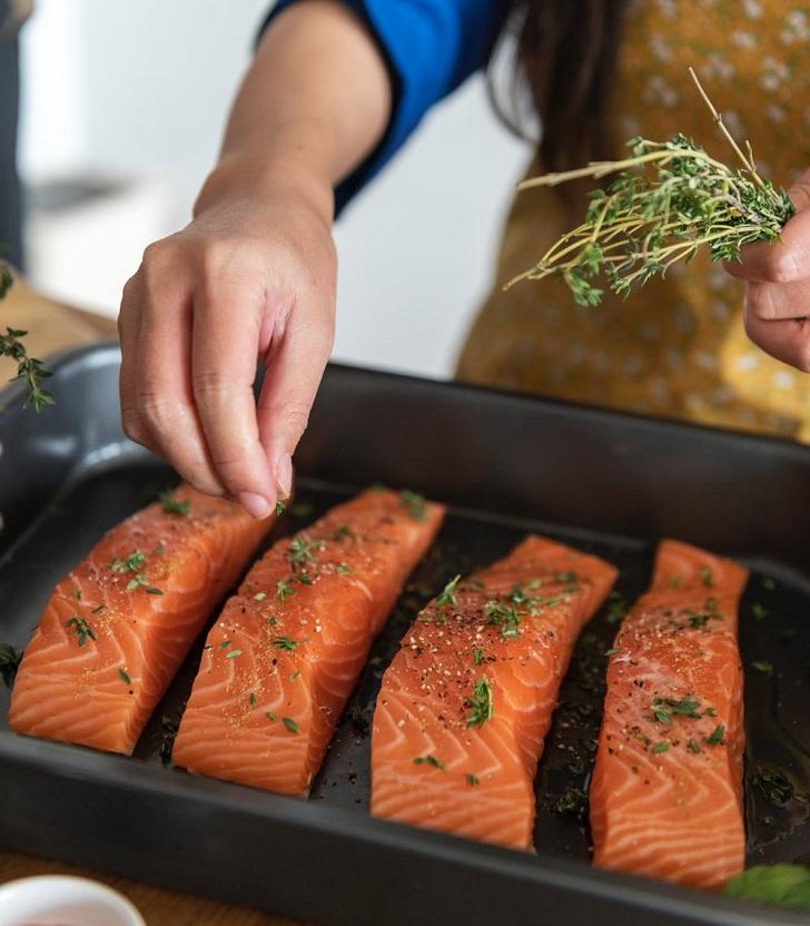 איך לבשל ארוחת גורמה בבית: בישול דג סלמון