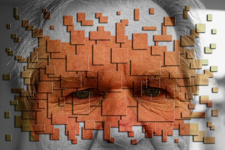 תכנות מחדש של התת מודע: פנים של אדם שעליהן משבצות המדמות את פירוקם לחתיכות