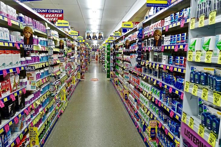 בדיחה על בחור בחנות פארם: מדפים בחנות פארם