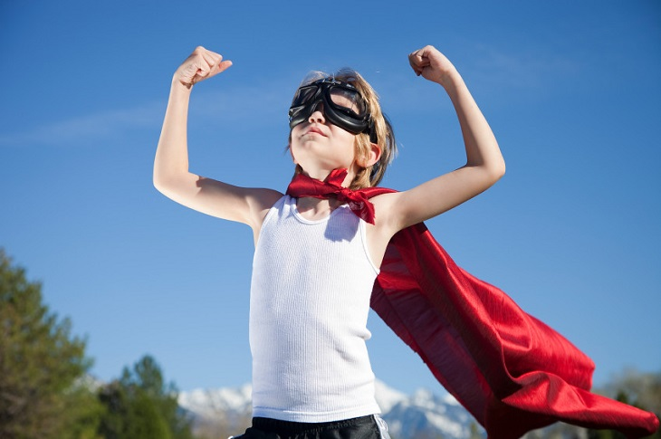 השפעות של פעילות גופנית: ילד עם גלישה בתנוחה של גיבור על