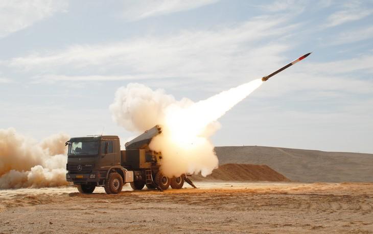 """אמצעי לחימה מתקדמים של צה""""ל: משגר רקטות LYNX מבצע ירי של טיל"""