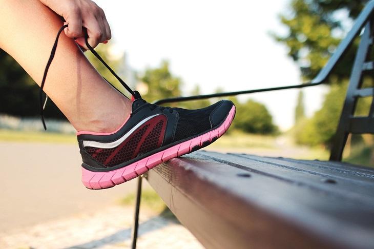 השפעות של פעילות גופנית: קשירת שרוכים של נעלי ספורט