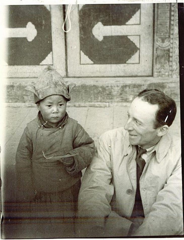 תמונות היסטוריות: ארצ'יבלד סטיל  עם הדלאי לאמה כשהיה ילד