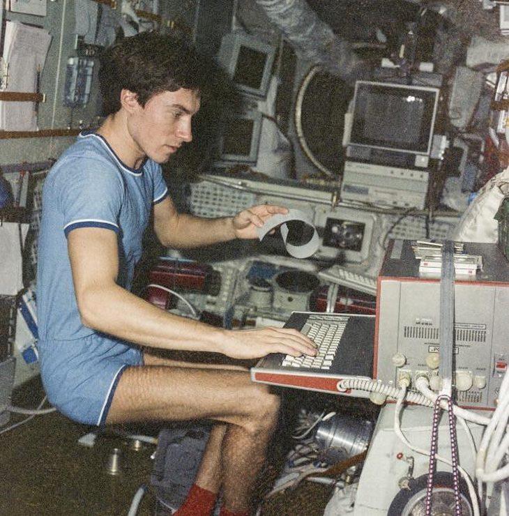 תמונות היסטוריות: סרגיי קריקלב בתחנת החלל מיר