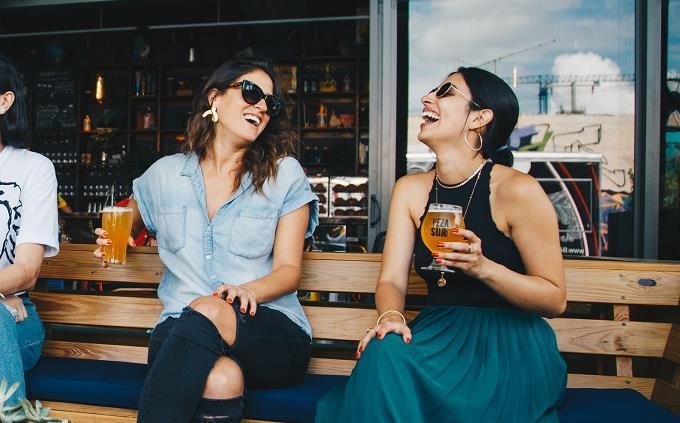 בחן את עצמך: שתי בחורות נהנות בבר