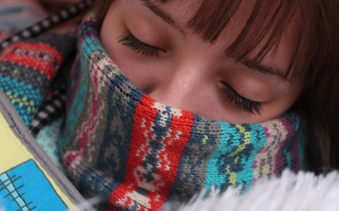 בחן את עצמך: בחורה ישנה עם צעיף